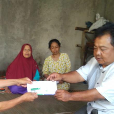PEMBAGIAN KARTU INDONESIA SEHAT YANG LANGSUNG DIBERIKAN OLEH KEPALA DESA LAMAJANG KEPADA WARGANYA